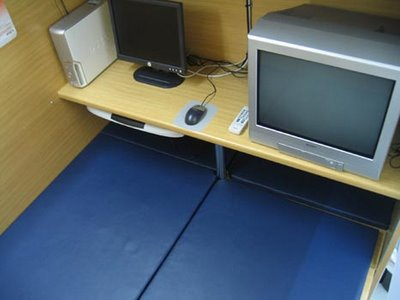 http://samudro.files.wordpress.com/2009/12/internet_cafe_japan_013.jpg?w=400&h=300